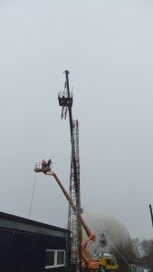 die Plattform des alten Masten wird entfernt